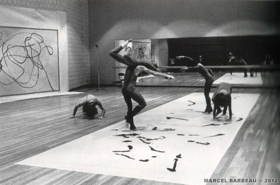 Performance avec Anna Wyman Dance Theatre dans le cadre d'Octobre en danse, Studio de la Place des arts, Montréal, 10 ocotobre 1978. Au sol, le dessin Danse expression 1, 2 et 3, encre de chine sur papier. Collection Greater Victoria Art Gallery, don de Jacqueline Brien. Photo Robert Etchevery. © Robert Etchevery et ADAGP pour Marcel Barbeau.