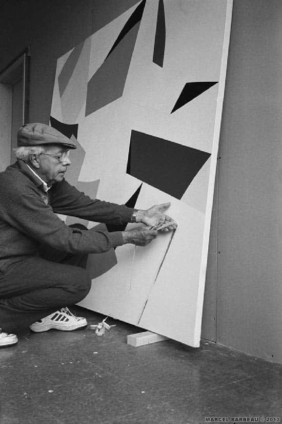Marcel Barbeau dans son atelier d'été du Mont Sutton à l'occasion de son séjour annuel au Québec. Photo Ninon Gauthier. © Ninon Gauthier et ADAGP - Paris pour Marcel Barbeau.
