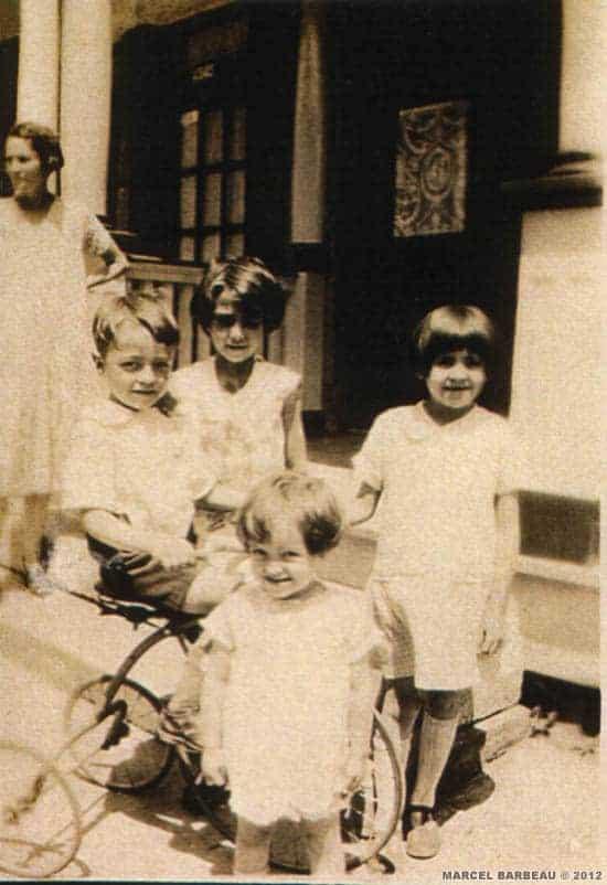 Liza Saint-Antoine-Barbeau et ses enfants, Marcel, Pauline, Jeannine et Yvette, devant la résidence familliale vers 1930. Photographe inconnu.