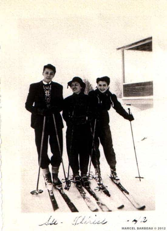 Marcel Barbeau, une amie et sa soeur Pauline à Saint Sauveur, hiver 1943. N'ayant pas les moyens d'acheter le matériel, Marcel Barbeau avait fabriqué lui- même ses skis à l'École du Meuble où il venait de s'inscrire. Photographe inconnu.