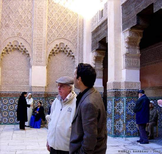 Marcel Barbeau visitant avec un guide la Madersa Ben Yussef, Marrakech. Photo Ninon Gauthier. © Ninon Gauthier.