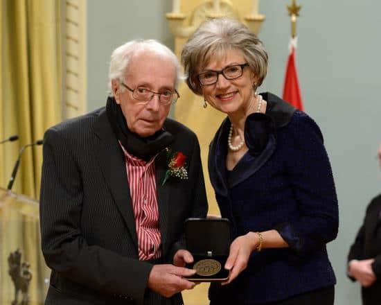 Remise officielle du prix du Gouverneur général en arts visuels à Marcel Barbeau par la très Honorable Beverley McLachlin, juge en chef du Canada. 20 mars 2013 Photo: Stg Ronald Duchesne, Rideau Hall.